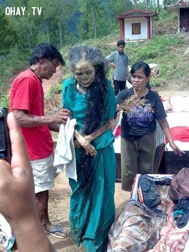 Thi hài người quá cố được người thân đào lên, đem về nhà của bộ tộc Toraja tỉnh Nam Sulawesi, Indonesia.,xác chết,kinh dị,khám phá