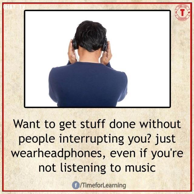 6. Muốn hoàn thành công việc mà không bị bất cứ ai làm gián đoạn? Chỉ cần đeo tai nghe ngay cả khi bạn không đang nghe nhạc.,mẹo hay,mẹo hay bỏ túi,mẹo vặt,mẹo vặt cuộc sống