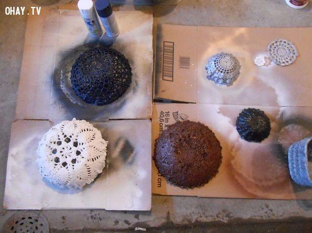 Và bây giờ là cách làm các đồ vật trang trí từ ren và xi măng. Bạn thực hiện theo các bước sau:,khăn lót,ren - xi măng,đồ vật trang trí,đăng - ten