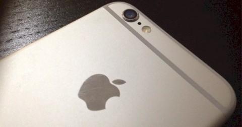 Tại sao có một lỗ nhỏ gần camera trên điện thoại iPhone?