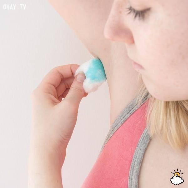 1. Khử mùi hôi dưới cánh tay. ,mẹo hay,công dụng của nước súc miệng Listerine