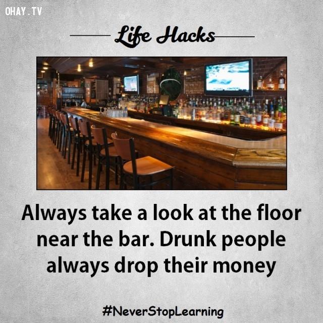 2. Luôn nhìn xuống sàn nhà gần quầy bar. Những người say rượu thường đánh rơi tiền ở đó.,mẹo hay,mẹo vặt,mẹo vặt cuộc sống,mẹo hay bỏ túi,sống khỏe mạnh