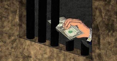 Chùm ảnh lột trần những mặt trái của đồng tiền trong xã hội hiện nay .