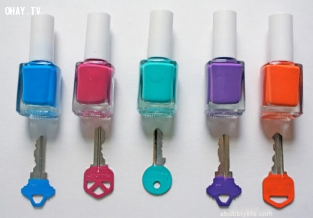 3. Sắp xếp và phân loại chìa khóa bằng các loại màu khác nhau bằng sơn móng tay,