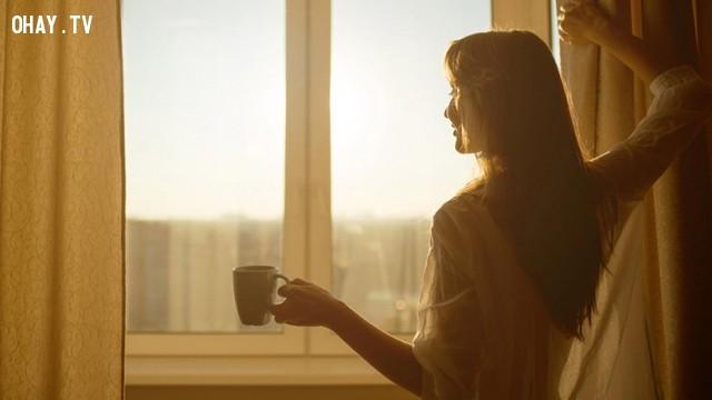 Mở cửa và đón ánh nắng mặt trời,buổi sáng,thói quen tốt,thức dậy sớm,sức khỏe tốt