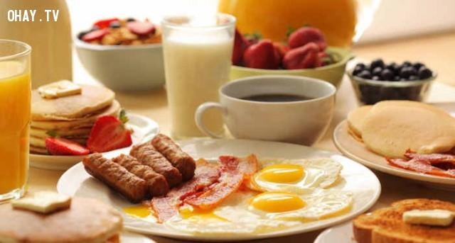 Thưởng thức bữa sáng.,buổi sáng,thói quen tốt,thức dậy sớm,sức khỏe tốt