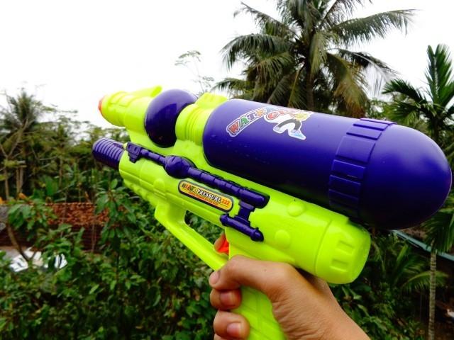 7. Bắn súng nước mắm hoặc nước tiểu,trò nghịch,bẩn bựa,tuổi thơ