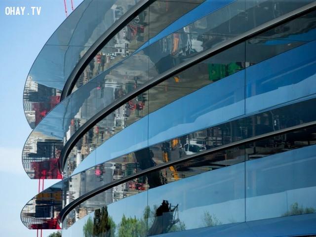 Khu tổ hợp này là một cấu trúc hình tròn bốn tầng với những bức tường khổng lồ bằng thủy tinh. Nó cũng sẽ có các cầu thang bằng kính, lấy cảm hứng từ các cửa hàng của Apple trên toàn cầu.,khám phá,trụ sở Apple Campus 2,trụ sở hình đĩa bay của Apple