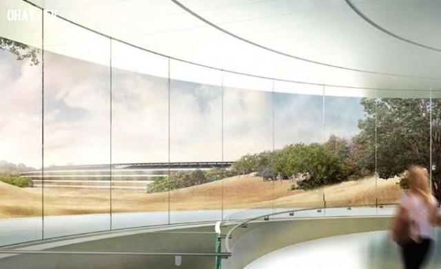 Có nhiều công trình ngầm như bãi đỗ xe và khán phòng. Khán phòng chứa được 1000 người, là nơi tổ chức các lễ ra mắt sản phẩm và các sự kiện đặc biệt.,khám phá,trụ sở Apple Campus 2,trụ sở hình đĩa bay của Apple