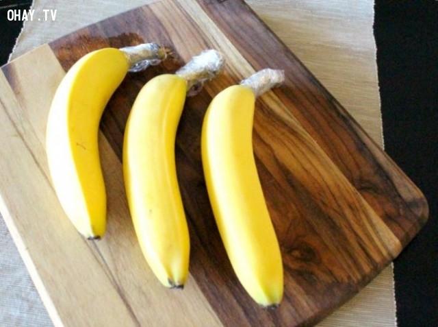 5. Bọc cuống của quả chuối lại,bảo quản thực phẩm,cách bảo quản rau quả,giữ rau quả tươi ngon,mẹo vặt hữu ích