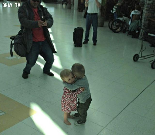Chàng trai và cô bé con vừa mới làm quen và trao tặng nhau một cái ôm,cảm hứng,bức ảnh