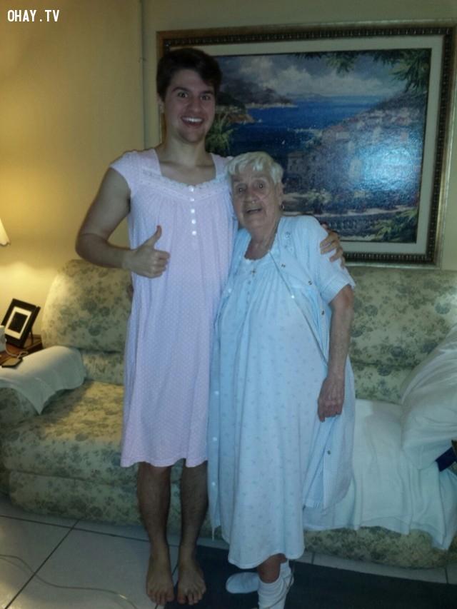 Một cụ bà 84 tuổi xấu hổ khi mặc chiếc áo ngủ đi dạo xung quanh bệnh viện. Vì vậy cháu trai của bà đã mặc một chiếc áo ngủ để đi cùng bà.,cảm hứng,bức ảnh