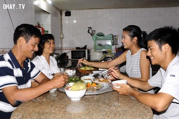 Bữa cơm gia đình ấm cúng,gia đình,xã hội,tình yêu thương