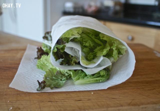 Giữ xà lách, bắp cải tươi trong tủ lạnh bằng cách gói chúng bởi khăn giấy sạch khô và gói khăn giấy lại bởi một chiếc túi bịt kín rổi bỏ vào tủ lạnh.,mẹo vặt,mẹo nhà bếp
