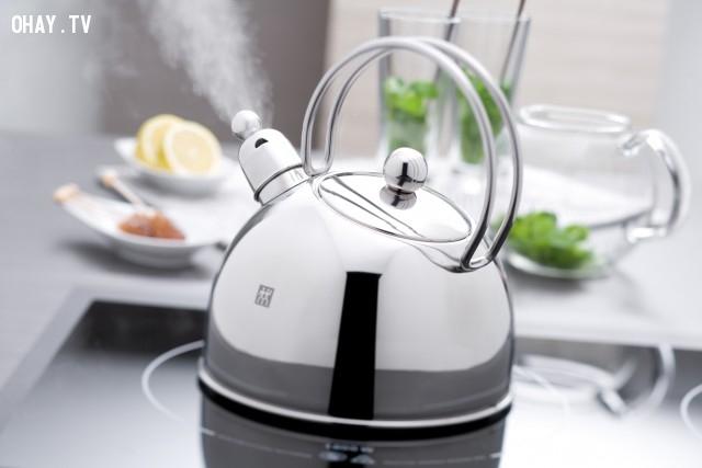 Làm sạch thanh nhiệt của ấm đun nước bằng cách đun hỗn hợp dấm trắng với nước tỉ lệ 1:1. Sau đó đổ ra ngay.,mẹo vặt,mẹo nhà bếp
