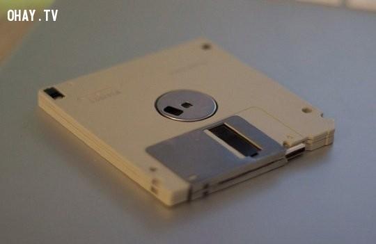 Để mở rộng lưu trữ, hoặc lưu trữ nhiều tập tin, đĩa mềm đã được sử dụng. Người ta có thể thêm cả đĩa mềm như một ổ đĩa trong máy tính. ,ổ đĩa c,tại sao ổ đĩa mặc định là c,máy tính