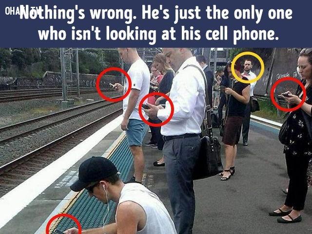 5. Không có gì sai cả. Chỉ là người đàn ông này là người duy nhất không nhìn vào điện thoại của mình.,khác lạ,câu đố