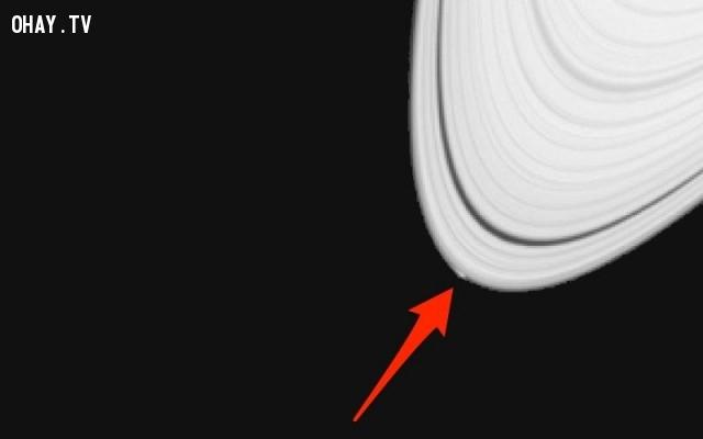 Mặt trăng nhỏ bí ẩn của sao Thổ, tên là Peggy.,bí ẩn vũ trụ,khám phá,vũ trụ,lỗ đen vũ trụ