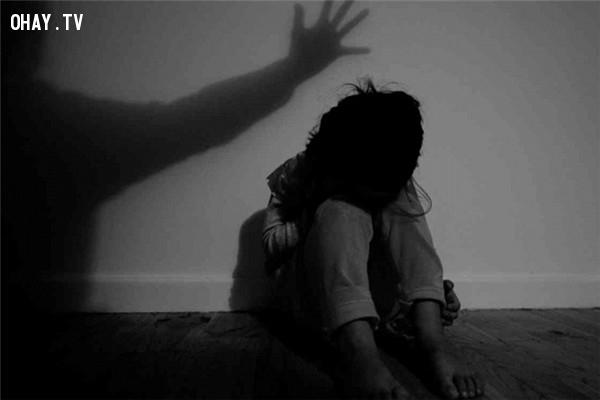 Cô bé bị chính cha mình lạm dụng thân thể.,bệnh viện tâm thần,chuyện kinh dị