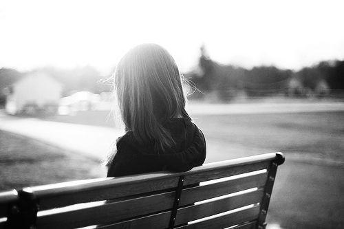 """3. Hay cười, hay """"chú tâm"""" nghe mọi người nói chuyện,Khi ta cô đơn,cô đơn"""