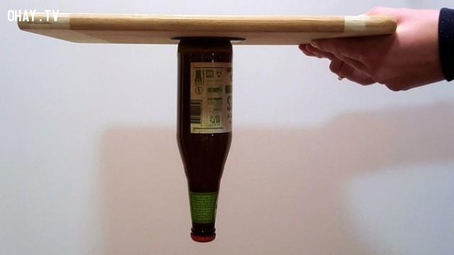 Fixate Gel Pads có thể cố định một chai bia đầy nằm dốc ngược lên như thế này?,fixate fel pads,sản phẩm độc đáo