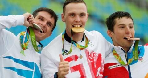 Tại sao các nhà vô địch Olympic lại cắn huy chương của mình?