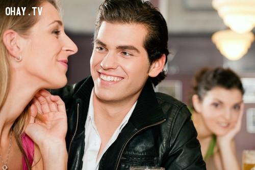 #5. Đột nhiên anh ta dành nhiều thời gian cho người khác.,ngoại tình,chuyện vợ chồng,tình yêu