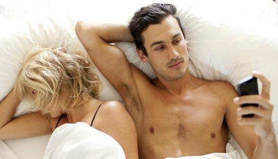 #1. Anh ta nghe hay gọi điện thoại một cách bí mật.,ngoại tình,chuyện vợ chồng,tình yêu