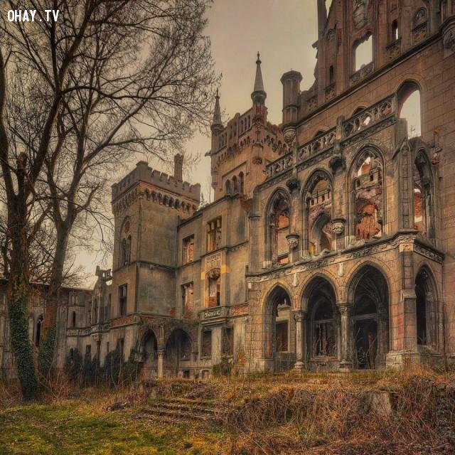 Một lâu đài đổ nát trong Kopice, Ba Lan,địa điểm hoang vắng
