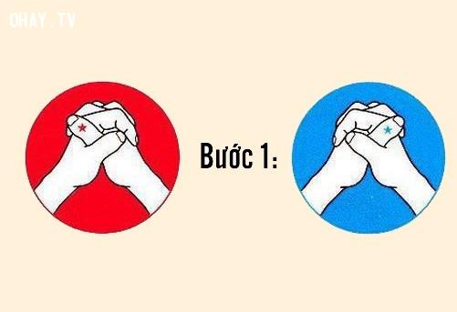 Bước 1: Đan xen 10 ngón tay lồng vào nhau,trắc nghiệm tính cách,nhật bản,người nhật