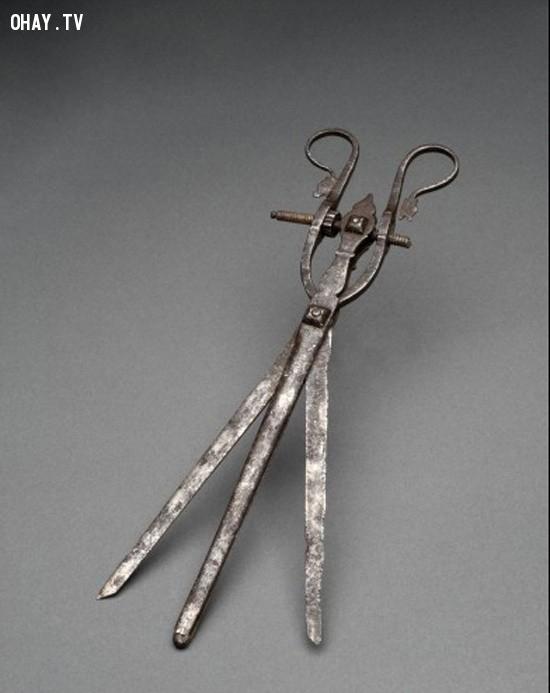 A bistoury cache là một thuật ngữ tiếng Pháp có nghĩa là con dao giấu. Các thiết bị được sử dụng trong những năm 1800 để mở các cơ quan nội tạng khi phẫu thuật. Thiết bị này cũng được sử dụng để loại bỏ sỏi bàng quang và thận,dụng cụ y tế,lịch sử y học