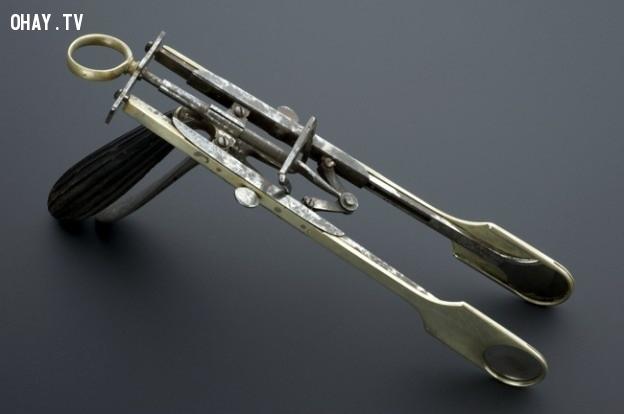 Máy cắt amidan có nguồn gốc ban đầu từ máy chém đầu,dụng cụ y tế,lịch sử y học