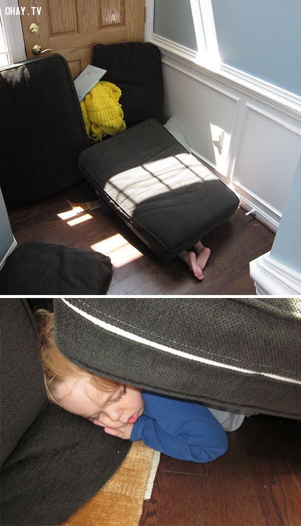 Ngủ trưa trên sàn nhà và bên dưới đệm ghế sofa,trẻ em