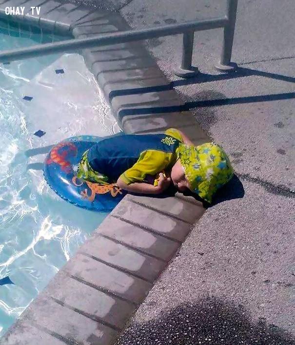 Có vẻ rất thoải mái khi ngủ dưới nước nhưng cậu bé có thể bị cảm sau khi ngủ dậy,trẻ em