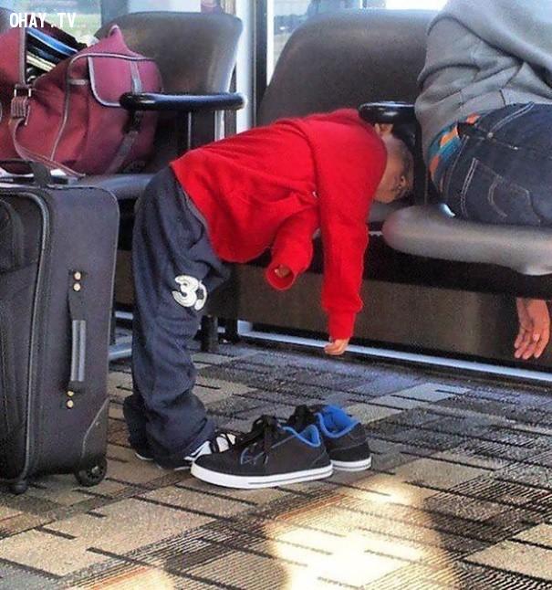 Đây có thể là một cách hay để ngủ trưa tại sân bay,trẻ em