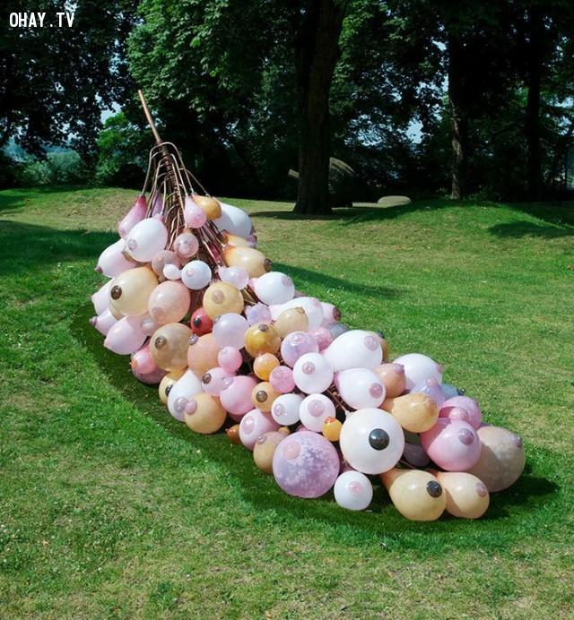 Chùm ngực, ở Arnhem, Netherlands,bức tượng,nghệ thuật điêu khắc,xấu xí