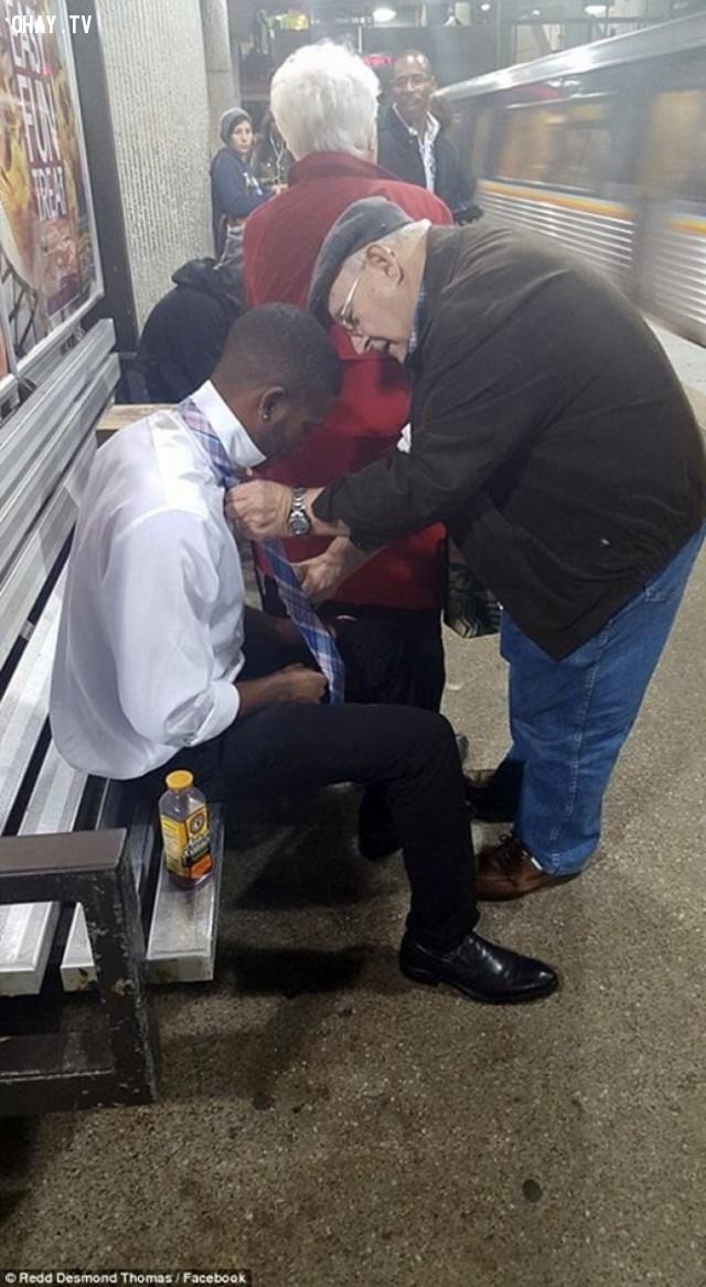 Chàng trai trẻ được một ông cụ dạy cách thắt cà vạt khi đang đợi xe điện ngầm,hình ảnh đẹp,cử chỉ đẹp
