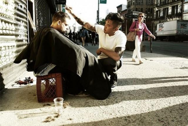 Anh chàng nay mỗi tuần đều dành 1 ngày để cắt tóc miễn phí cho những người vô gia cư,hình ảnh đẹp,cử chỉ đẹp