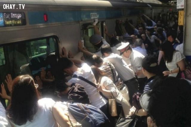 Đoàn người chung tay đẩy chiếc tàu hỏa sang một bên để cứu người phụ nữ bị mắc kẹt,hình ảnh đẹp,cử chỉ đẹp