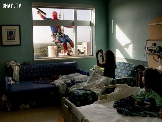 Nhân viên công ty vệ sinh mặc áo superman để khích lệ tinh lần của các em nhỏ ở bệnh viện,hình ảnh đẹp,cử chỉ đẹp