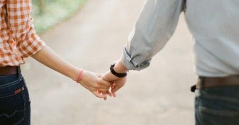 Lần đầu tiên nắm tay con gái, con trai thường hay nghĩ gì?