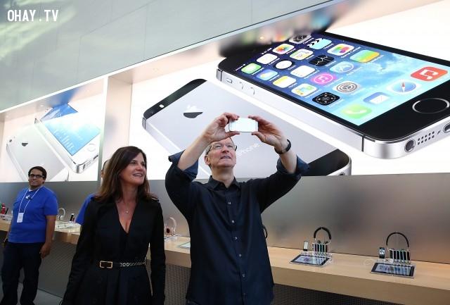 2. Quan hệ với các cổ đông được cải thiện,Steve Jobs,Tim Cook,Apple