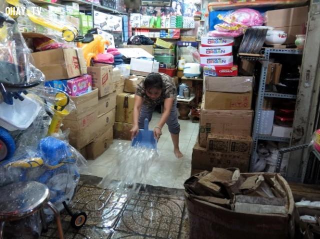 Nước mưa tràn vào một cửa hàng tạp hóa ở Bình Tân.,mùa mưa,ngập nước,cấp thoát nước,thủy triều