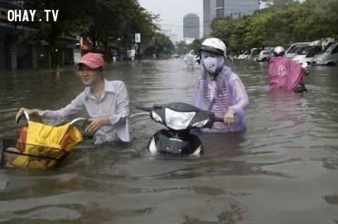 Nước ngập sâu đến gần cổ xe.,mùa mưa,ngập nước,cấp thoát nước,thủy triều