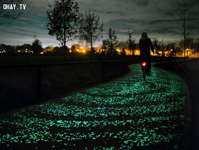 Con đường phát sáng bằng đèn LED ở Hà Lan tốn kém nhiều chi phí và năng lượng để thắp sáng.,con đường phát sáng,năng lượng mặt trời,ba lan