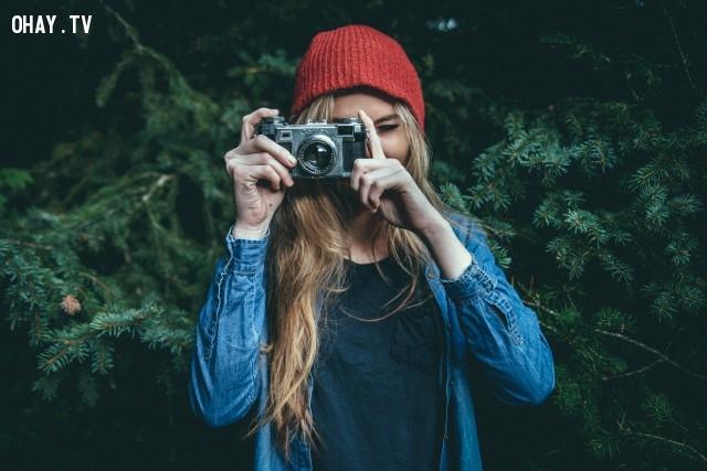 Che nửa mặt, che một mắt với một đồ vật nào đó như hoa, lá, khăn, máy ảnh...,mẹo chụp ảnh,tư thế chụp ảnh,tạo dáng chụp ảnh,cách chụp ảnh đẹp