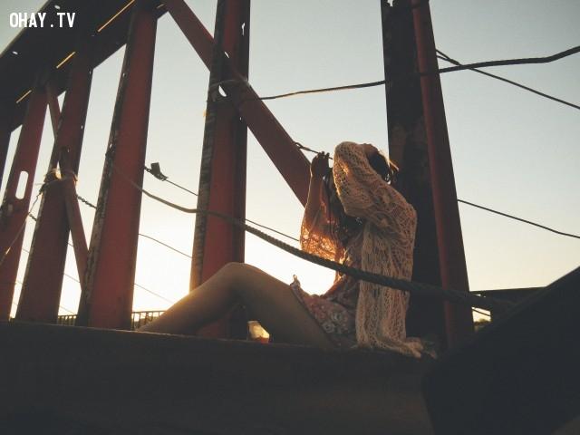 Đưa tay ra che nắng,mẹo chụp ảnh,tư thế chụp ảnh,tạo dáng chụp ảnh,cách chụp ảnh đẹp