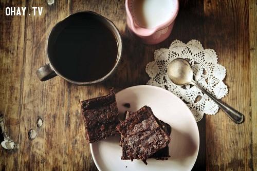 Bạn nghĩ ăn bánh ngọt kết hợp với thức uống nào là hợp nhất?,
