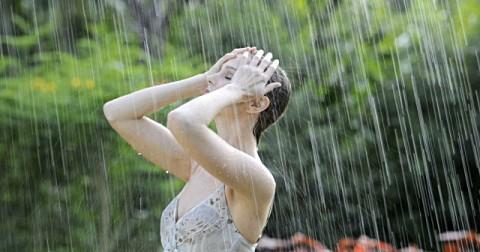 Trời mưa mặc gì cho đẹp?