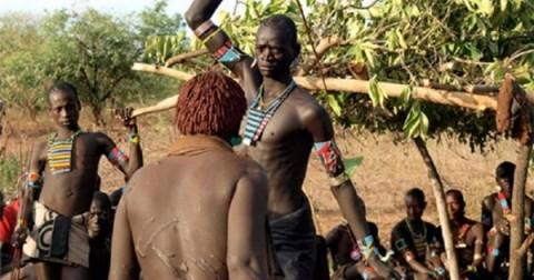 Hãi hùng những cách chứng tỏ bản lĩnh đàn ông của các bộ tộc